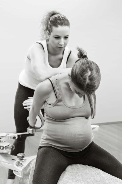 Gyrotonic pre e post parto. Esercizi per allungare la schiena e le cervicali